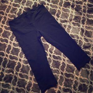 ALO Yoga Capri Pants in Black